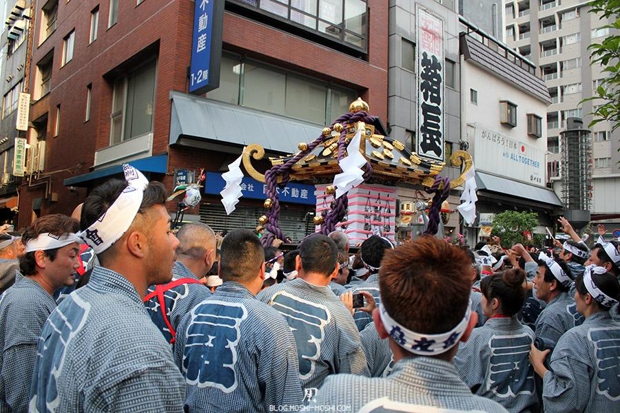 tokyo-sanja-matsuri-quartier-rues-asakusa-proche-hotel-retour-mikoshi-adulation