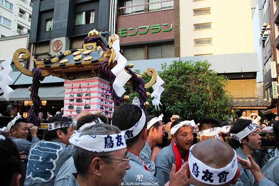 tokyo-sanja-matsuri-quartier-rues-asakusa-proche-hotel-retour-mikoshi