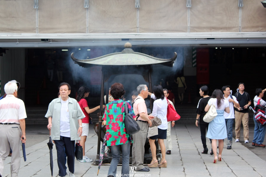 quartier-asakusa-Tokyo-temple-sensoji-purification-encens-jiji-baba