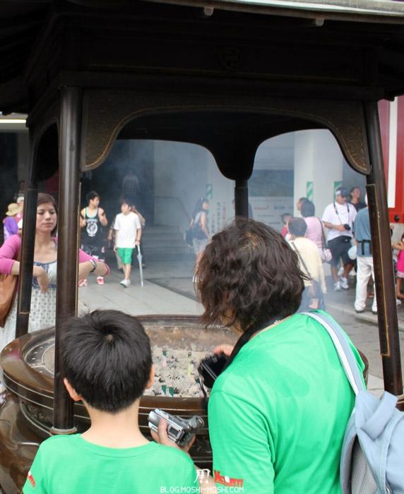 quartier-asakusa-Tokyo-temple-sensoji-purification-encens