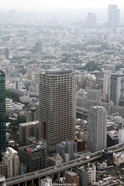 tour-de-tokyo-vue-du-haut-route-travers-immeuble
