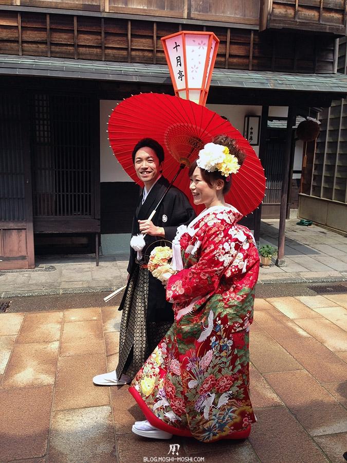 journee-kanazawa-higashi-chaya-gai-jeunes-maries-marchant