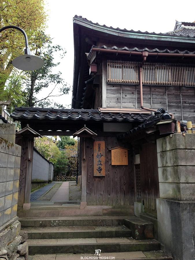 journee-kanazawa-temple-ninja-dera-entree-derobe