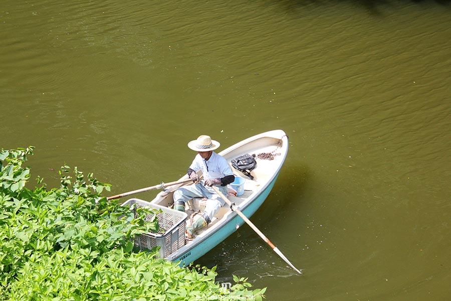 chateau-yamagata-parc-kajo-douves-barque-pecheur-ou-jardinier