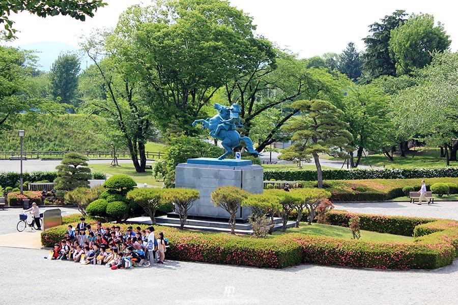 chateau-yamagata-parc-kajo-photo-classe-statue-samurai