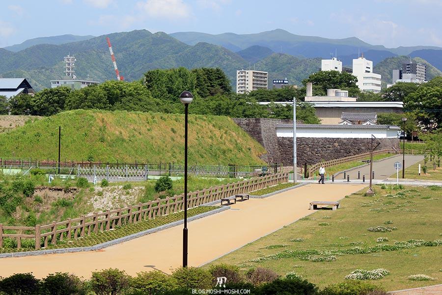 chateau-yamagata-parc-kajo-vue-montagnes-buildings