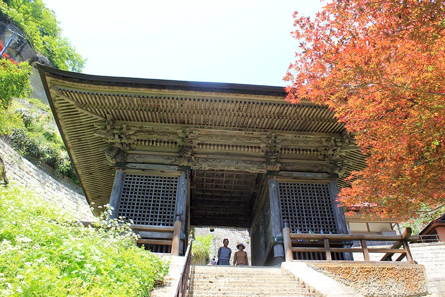 sendai-yamagata-temple-yamadera-risshaku-ji-arrivee-grand-torii-bois
