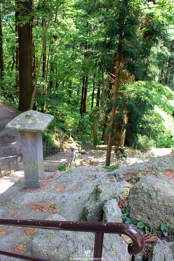 sendai-yamagata-temple-yamadera-risshaku-ji-descente-escalier-etroit-foret