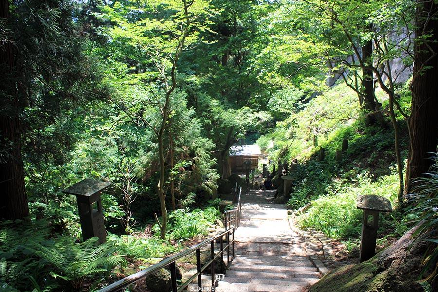 sendai-yamagata-temple-yamadera-risshaku-ji-descente-escalier-lanternes-pierre