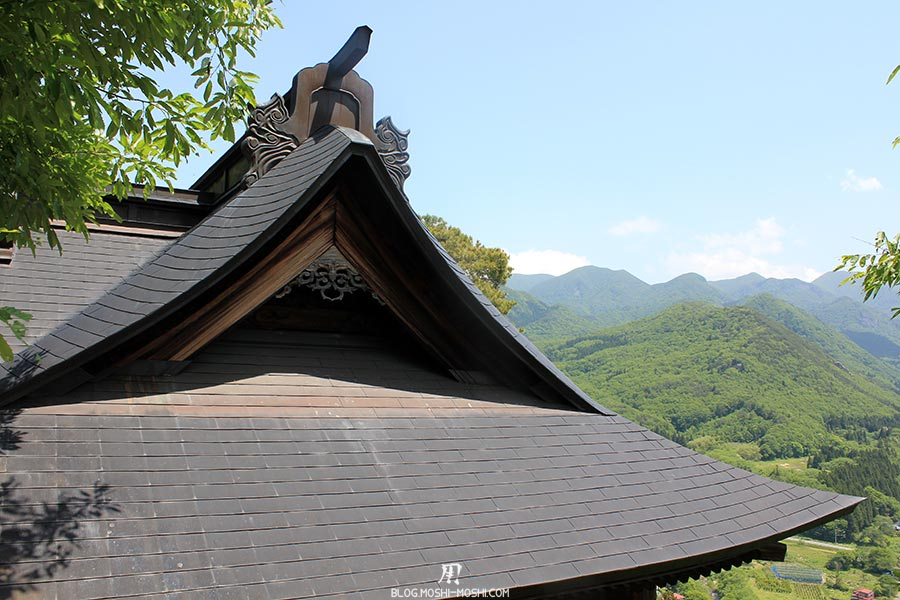 sendai-yamagata-temple-yamadera-risshaku-ji-details-toit-bois-sculpte-vallee-fond
