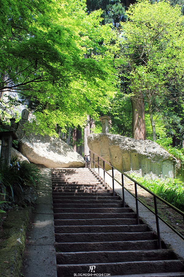 sendai-yamagata-temple-yamadera-risshaku-ji-deuxieme-bonne-montee-travers-roches