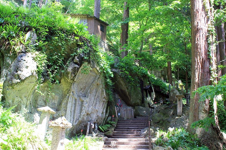 yamadera sendai-yamagata-temple-risshaku-ji-escalier-bientot-premier-niveau