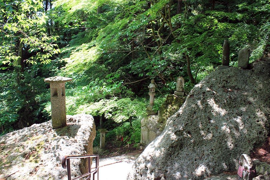 sendai-yamagata-temple-yamadera-risshaku-ji-escalier-entre-rochers