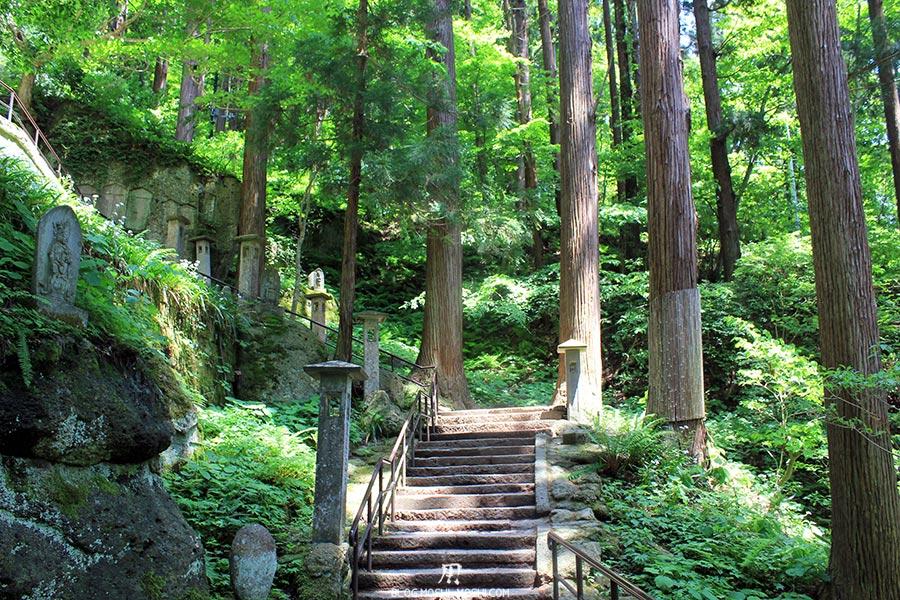 sendai-yamagata-temple-yamadera-risshaku-ji-escalier-sculptures-travers-bois