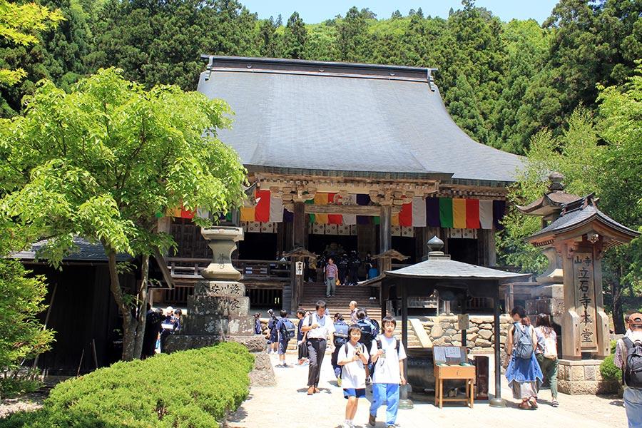 sendai-yamagata-temple-yamadera-risshaku-ji-priere-avant-grimpette