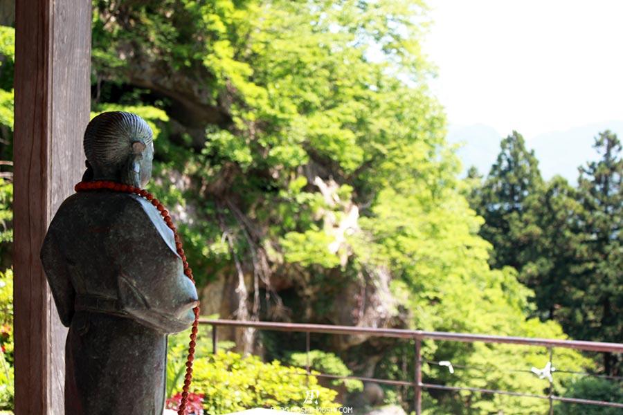 sendai-yamagata-temple-yamadera-risshaku-ji-statuette-regard-vallee