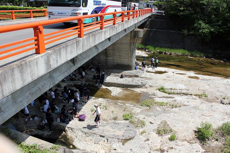sendai-yamagata-temple-yamadera-risshaku-ji-ville-sortie-scolaire-repas-riviere