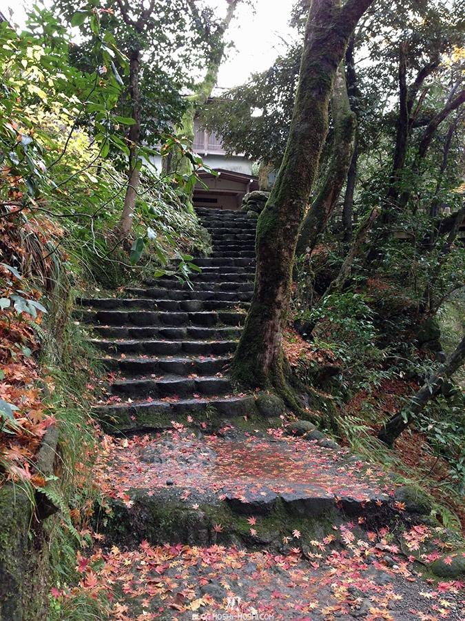 yamanaka-onsen-saison-momiji-escaliers-glissant
