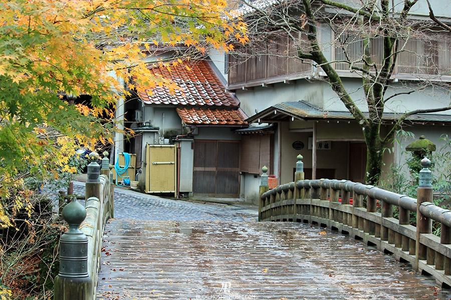 yamanaka-onsen-saison-momiji-pont-bois