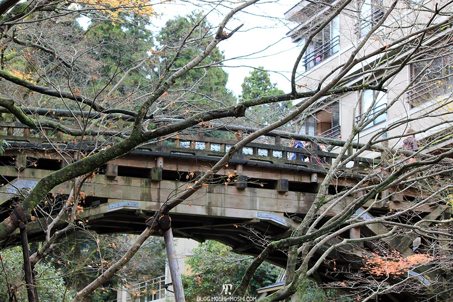 yamanaka-onsen-saison-momiji-sous-pont-bois