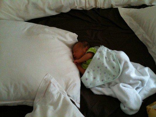 Un nouveau né dans un lit de 2m... la vie est belle :o
